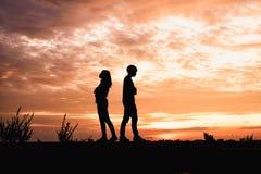 Les couples dans l'amour, l'homme et les femmes sont querelle dans le natu Photos libres de droits