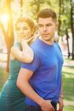 Les couples dans l'amour marchant en automne du soleil se garent Photo libre de droits