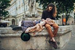 Les couples dans l'amour marchent autour de la ville dans le matin ensoleillé Image stock