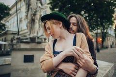 Les couples dans l'amour marchent autour de la ville dans le matin ensoleillé Images libres de droits