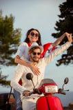 Les couples dans l'amour montant une motocyclette, un type beau et une jeune femme sexy voyagent Images stock