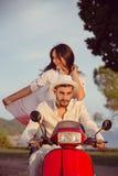 Les couples dans l'amour montant une motocyclette, un type beau et une jeune femme sexy voyagent Photo stock