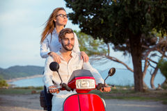 Les couples dans l'amour montant une motocyclette, un type beau et une jeune femme sexy voyagent Photographie stock