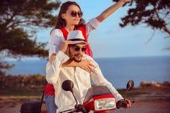 Les couples dans l'amour montant une motocyclette, un type beau et une jeune femme sexy voyagent Images libres de droits