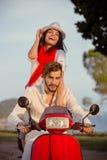 Les couples dans l'amour montant une motocyclette, un type beau et une jeune femme sexy voyagent Photos libres de droits