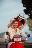 Les couples dans l'amour montant une motocyclette, un type beau et une jeune femme sexy voyagent Photo libre de droits