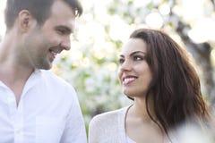 Les couples dans l'amour ont l'amusement en nature Photo stock