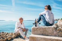 Les couples dans l'amour ont la date romantique dans le lagune bleu de mer Photo stock