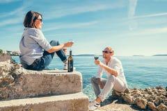 Les couples dans l'amour ont la date romantique dans le lagune bleu de mer Photos stock