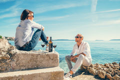Les couples dans l'amour ont la date romantique dans le lagune bleu de mer Photo libre de droits