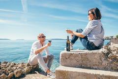 Les couples dans l'amour ont la date romantique dans le lagune bleu de mer Photographie stock libre de droits