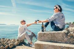 Les couples dans l'amour ont la date romantique dans le lagune bleu sur la Mer Adriatique Photo libre de droits