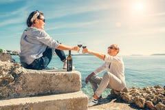 Les couples dans l'amour ont la date romantique dans le lagune bleu sur la Mer Adriatique Photos libres de droits