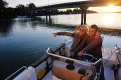 Les couples dans l'amour ont le temps romantique sur le bateau Photographie stock