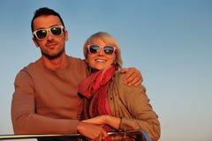 Les couples dans l'amour ont le temps romantique sur le bateau Image stock