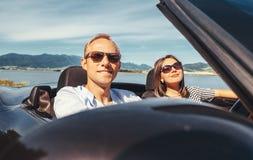 Les couples dans l'amour ont le voyage automatique romantique Photos libres de droits