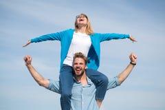Les couples dans l'amour ont plaisir à sentir le jour ensoleillé extérieur de liberté Date heureuse de couples ayant l'amusement  Photos libres de droits