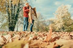 Les couples dans l'amour ont un temps romantique dans le parc d'automne Photographie stock libre de droits