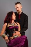 Les couples dans l'amour posant au studio se sont habillés dans le classique vêtent Image libre de droits