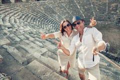 Les couples dans l'amour prennent une photo de selfie dans l'amphithéâtre antique en Th Photo stock