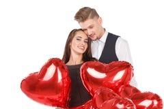 Les couples dans l'amour se tiennent parmi les boules et l'étreinte mignonne Le concept des relations D'isolement sur le blanc Photo stock
