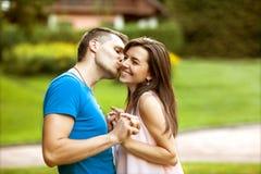 Les couples dans l'amour sont heureux au sujet d'acheter une nouvelle maison, concept de la famille Photo stock