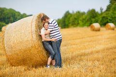 les couples dans l'amour sur le foin jaune mettent en place la soirée d'été. images stock