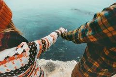 Les couples dans l'amour tenant des mains homme et femme voyagent Images libres de droits
