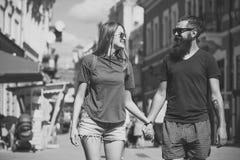 Les couples dans l'amour tiennent des mains sur la rue, amour Images stock