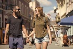 Les couples dans l'amour tiennent des mains sur la rue, amour Photographie stock