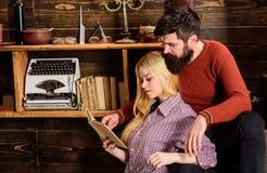 Les couples dans l'intérieur en bois de vintage apprécient la poésie Concept romantique de soirée Madame et homme avec la barbe s Images libres de droits