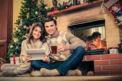 Les couples dans Noël ont décoré l'intérieur de maison Image stock