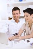 les couples de carte créditent le paiement Photo stock