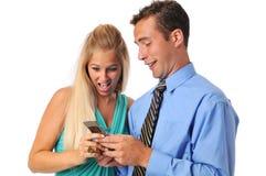 les couples de cellules téléphonent des jeunes Photo stock
