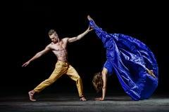 Les couples de danse dans l'obscurité, font l'appui de danse dans le mouvement de danse Photo libre de droits