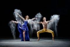 Les couples de danse dans l'obscurité, nuage de poussière blanc dans la danse Photo stock