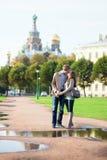 Les couples de datation s'approchent de l'église du sauveur sur le sang Image libre de droits