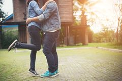 Les couples de hippie dans l'amour embrassant en été exposent au soleil la lumière St de baiser d'amour Photographie stock libre de droits