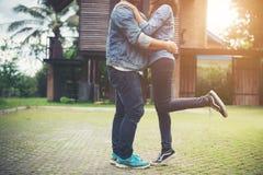 Les couples de hippie dans l'amour embrassant en été exposent au soleil la lumière St de baiser d'amour Photo stock