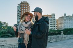 Les couples de jeunes touristes, amis marchent le long de la rue de ville, buvant du café tandis qu'ils regardant heureusement l' Photos stock