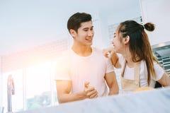 Les couples de l'adolescence asiatiques aident à faire le dîner Photos libres de droits