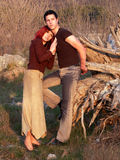Les couples de l'adolescence romantiques observent le coucher du soleil Images libres de droits