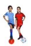Les couples de la fille et du garçon se sont habillés dans l'équipement du football Photo libre de droits
