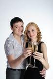 Les couples de la jeune fille et de l'homme boivent du champagne Photographie stock