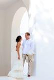 Les couples de mariée se sont juste mariés dans méditerranéen Photos stock