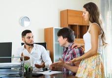 Les couples de Merried discutent avec le directeur Image stock