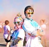 Les couples de rad posant après fonctionnement d'une couleur emballent Image stock