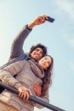 Les couples de sourire faisant un selfie embrassé Images libres de droits