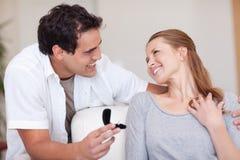 Les couples de sourire se fiancent juste Image stock