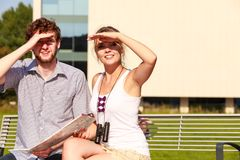 Les couples de touristes dans la ville ont lu la carte Image stock